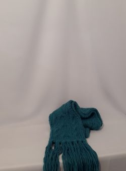 türkisblauer Schal mit sehr langen Fransen